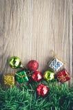 Fondo dei contenitori e delle palle di regalo di Natale su struttura di legno Fotografia Stock Libera da Diritti