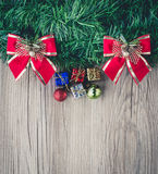 Fondo dei contenitori e delle palle di regalo di Natale su struttura di legno Immagini Stock