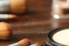 Fondo dei cosmetici e delle spazzole professionali Fotografia Stock Libera da Diritti