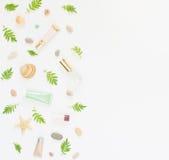 Fondo dei cosmetici Tubi di trucco della STAZIONE TERMALE dei cosmetici, bottiglie, ciottoli del mare e coperture su fondo bianco Fotografie Stock