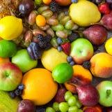 Fondo dei frutti con le gocce di acqua - fresche ed organiche Fotografia Stock