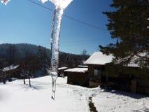 Fondo dei ghiaccioli trasparenti luminosi alla luce solare Fotografie Stock