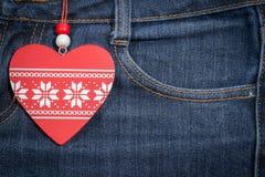 Fondo dei jeans con cuore di legno Giorno del biglietto di S Immagini Stock Libere da Diritti