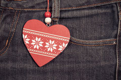 Fondo dei jeans con cuore di legno Giorno del biglietto di S Fotografia Stock Libera da Diritti