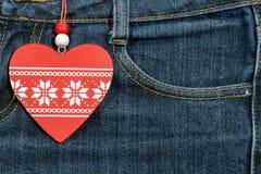 Fondo dei jeans con cuore di legno Giorno del biglietto di S Fotografia Stock