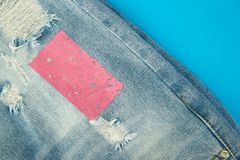 Fondo dei jeans con il rosa ed il denim blu del destroyd fotografia stock