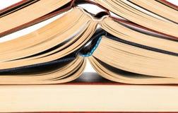 Fondo dei libri aperti delle radici impilati su a vicenda Immagine Stock