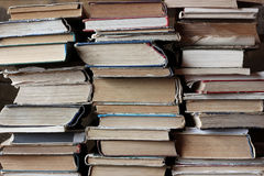 Fondo dei libri Pile di vecchi libri libreria Immagini Stock Libere da Diritti