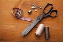 Fondo dei materiali del mestiere di Scrapbooking con gli strumenti di cucito e la c Fotografia Stock