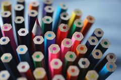 Fondo dei pastelli di legno multicolori su una matita tagliente di colore fotografia stock