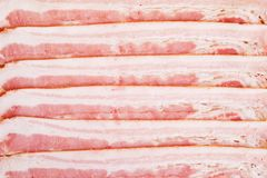 Fondo dei pezzi orizzontali affettati di bacon Struttura commestibile fotografie stock
