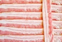 Fondo dei pezzi tagliati di bacon Struttura commestibile fotografia stock libera da diritti