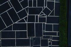 fondo dei quadrati neri con le strutture e le bande bianche immagine stock libera da diritti