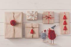 Fondo dei regali di Natale su legno bianco Fotografie Stock