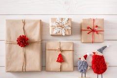 Fondo dei regali di Natale su legno bianco Immagini Stock