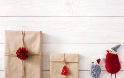Fondo dei regali di Natale su legno bianco Fotografia Stock