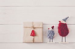 Fondo dei regali di Natale su legno bianco Fotografie Stock Libere da Diritti