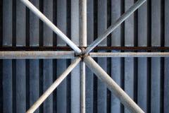Fondo dei tubi del metallo sotto il tetto galvanizzato del garage del carport fotografie stock