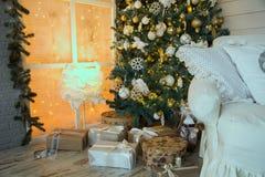 Fondo del árbol de navidad con los regalos Fotografía de archivo libre de regalías