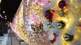 Fondo del árbol de navidad y decoración de la Navidad Oro y bolas y guirnalda brillantes rojas en árbol de abeto blanco almacen de video