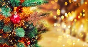 Fondo del árbol de navidad y decoraciones de la Navidad con empañado, chispeando, Feliz Navidad el brillar intensamente y del tex Foto de archivo libre de regalías