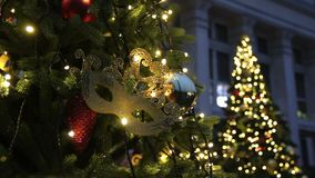 Fondo del árbol de navidad y decoraciones de la Navidad Bolas y guirnalda coloridas en abeto verde por la tarde almacen de video