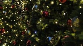 Fondo del árbol de navidad y decoraciones de la Navidad Bolas y guirnalda coloridas en abeto verde por la tarde metrajes