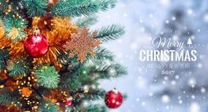 Fondo del árbol de navidad y decoraciones de la Navidad con nieve, empañado, encendido, brillando intensamente Imagen de archivo libre de regalías