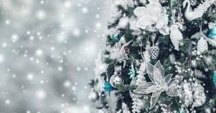 Fondo del árbol de navidad y decoraciones de la Navidad con nieve, empañado, encendido, brillando intensamente imagen de archivo
