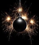 Fondo del año de Bew con el ornamento de la Navidad y los fuegos artificiales negros de Bengala Fotos de archivo libres de regalías