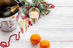 Fondo 2018 del Año Nuevo Champán en cubo, vidrios con la bebida, mandarinas y la decoración en fondo gris Fotos de archivo