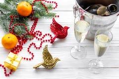 Fondo 2018 del Año Nuevo Champán en cubo, vidrios con la bebida, mandarinas y la decoración en fondo gris Imagenes de archivo