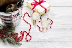 Fondo 2018 del Año Nuevo Champán en cubo, vidrios con la bebida, rama spruce y la decoración en copyspace gris Imagen de archivo libre de regalías