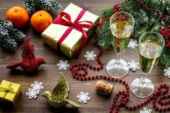 Fondo 2018 del Año Nuevo Champán en cubo, vidrios con la bebida, rama spruce y la decoración en fondo de madera Foto de archivo