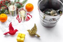 Fondo 2018 del Año Nuevo Champán en cubo, vidrios con la bebida, rama spruce y la decoración en el fondo blanco Fotos de archivo libres de regalías