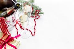 Fondo 2018 del Año Nuevo Champán en cubo, vidrios con la bebida, rama spruce y la decoración en el fondo blanco Foto de archivo libre de regalías