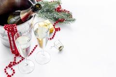 Fondo 2018 del Año Nuevo Champán en cubo, vidrios con la bebida, rama spruce y la decoración en el fondo blanco Foto de archivo