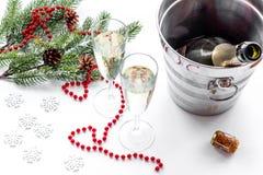 Fondo 2018 del Año Nuevo Champán en cubo, vidrios con la bebida, rama spruce y la decoración en el fondo blanco Imagen de archivo