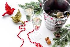 Fondo 2018 del Año Nuevo Champán en cubo, vidrios con la bebida, rama spruce y la decoración en el fondo blanco Fotos de archivo