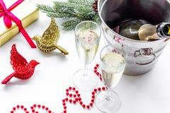 Fondo 2018 del Año Nuevo Champán en cubo, vidrios con la bebida, rama spruce y la decoración en el fondo blanco Fotografía de archivo
