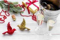 Fondo 2018 del Año Nuevo Champán en cubo, vidrios con la bebida, rama spruce y la decoración en fondo gris Foto de archivo libre de regalías