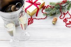Fondo 2018 del Año Nuevo Champán en cubo, vidrios con la bebida, rama spruce y la decoración en fondo gris Fotos de archivo libres de regalías