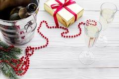 Fondo 2018 del Año Nuevo Champán en cubo, vidrios con la bebida, rama spruce y la decoración en fondo gris Imagenes de archivo
