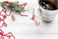 Fondo 2018 del Año Nuevo Champán en cubo, vidrios con la bebida, rama spruce y la decoración en fondo gris Imagen de archivo