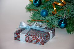 Fondo del Año Nuevo Composición de la Navidad Regalo de la Navidad debajo del árbol de navidad en un fondo blanco Weihnachtspaket Foto de archivo libre de regalías