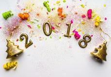 fondo del Año Nuevo 2018 con el confeti, chispas, serpentinas en blanco Visión superior, primer Tarjeta de felicitación festiva c Imagen de archivo libre de regalías