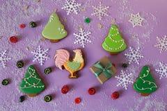 Fondo del Año Nuevo con el gallo, los copos de nieve y el abeto del pan de jengibre Imágenes de archivo libres de regalías