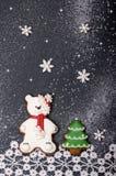 Fondo del Año Nuevo con el pan de jengibre bajo la forma de oso polar Imagenes de archivo