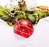 Fondo del Año Nuevo con la bola de la decoración Fotos de archivo libres de regalías