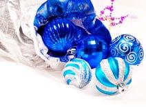 Fondo del Año Nuevo con la bola del azul de la decoración Foto de archivo libre de regalías